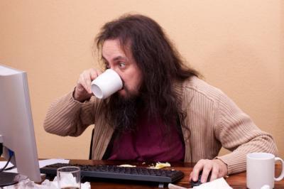 Comer mientras estás frente al ordenador es una práctica nociva para tu salud