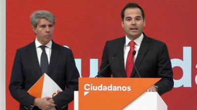 El expresidente de la Comunidad de Madrid Angel Garrido,iz., acompañado por candidato de Ciudadanos (Cs) a la Comunidad de Madrid, Ignacio Aguado