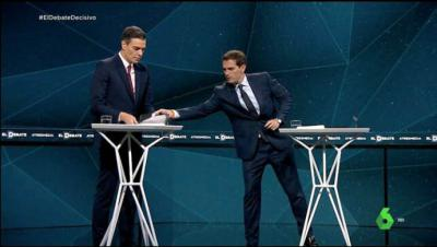 Rivera y Sánchez en el juego de entregar la tesis del presidente y recibir un libro sobre Abascal.