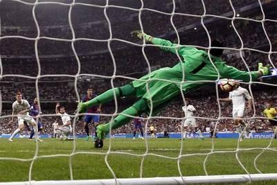 El remate de Lionel Messi en el último segundo de juego dejó sin chance a Keylor Navas y le dio la victoria al Barcelona.
