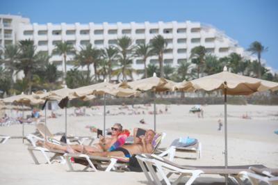 Varios turistas disfrutan del sol y de las buenas temperaturas en las grandes playas del municipio de Corralejo. Foto: EFE.