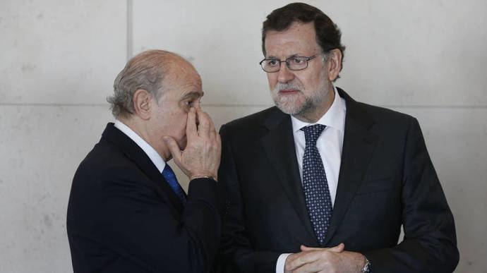 Jorge Fernández Diaz, (i)  ex ministro del interior  junto al ex presidente del gobierno Mariano Rajoy (Imagen de archivo)