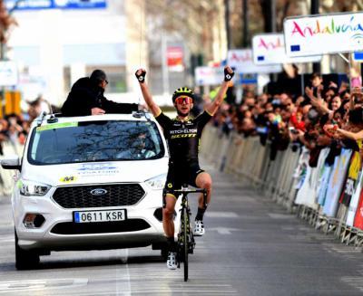 Simon Yates gana en Granada y Jakob Fuglsang, nuevo líder en la Vuelta Andalucía