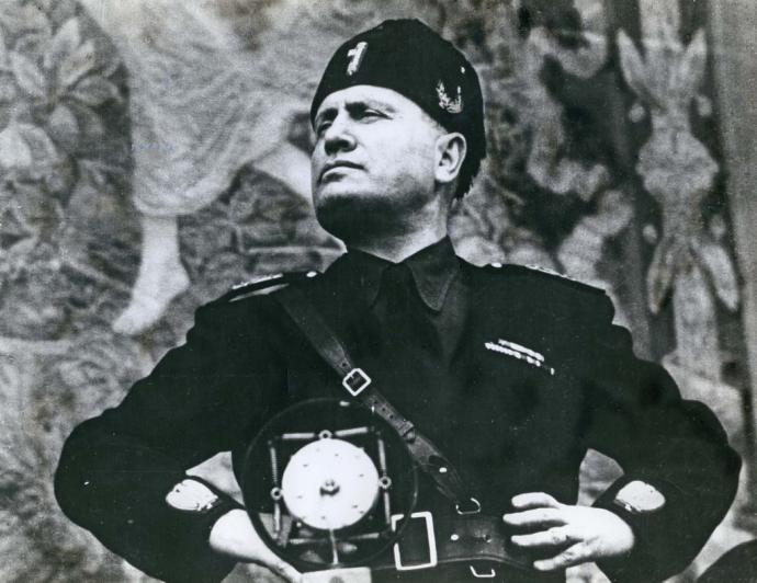 El libro narra la vida novelada de Mussolini.