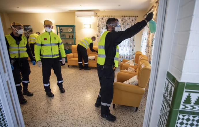 Miembros de la UME en una residencia de ancianos haciendo labores de desinfección