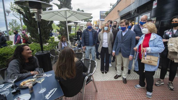 El alcalde de Madrid, José Luis Martínez-Almeida, se para en una terraza durante la campaña.Alberto Ortega / Europa Press