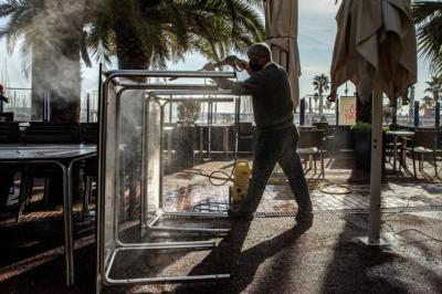 Desde este lunes pueden abrir bares y restaurantes en Cataluña. (Foto: EFE/ Enric Fontcuberta)