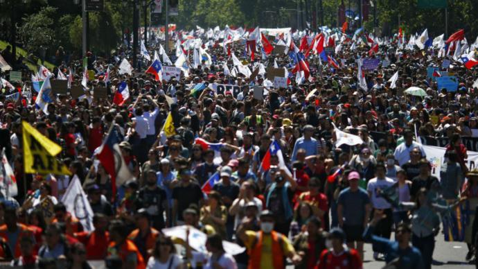 Cientos de miles de personas marchan por huelga general en Chile pese a pedido de perdón de Piñera