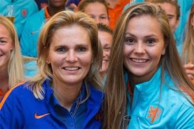 Sarina Wiegman y Lieke Martens, reconocidas por la Fifa como mejor técnica y futbolista, respectivamente, de 2017.
