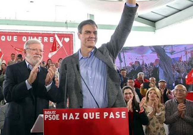Pedro Sánchez junto a Guillermo Fernández Vara y Juan Carlos Ibarra en su primer mitin tras los debates.