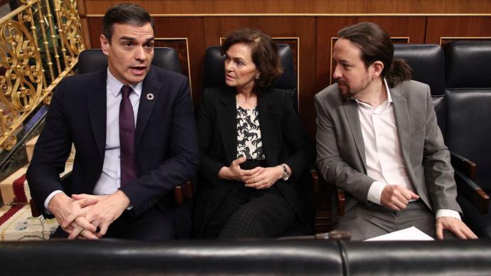 Pedro Sánchez, junto a los vicepresidentes Carmen Calvo y Pablo Iglesias, durante un Pleno en el Congreso.
