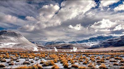El vapor surge del suelo en el desierto de Atacama.Roberto Ruiz