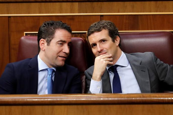 García Egea y Casado, durante el pleno de investidura en el Congreso.