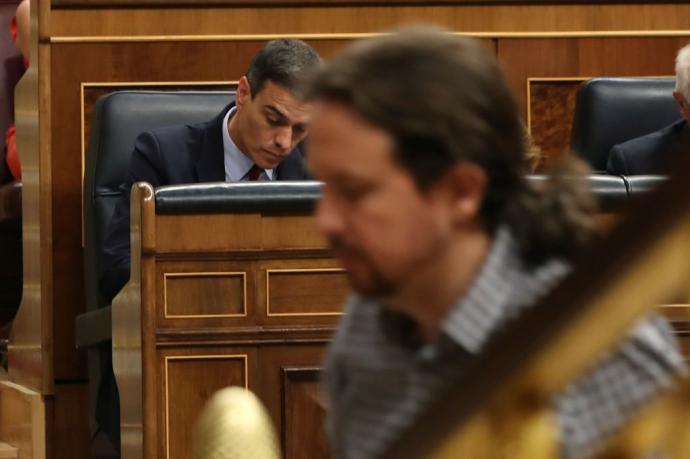 Iglesias se dirige a la tribuna del Congreso, ante la presencia del presidente en funciones, Pedro Sánchez, el pasado martes.