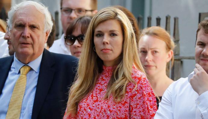 Entre el personal que presenció su discurso, se encontraba su actual novia, Carrie Symonds, de 31 años