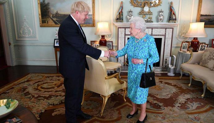 Boris Johnson saluda a la reina Isabel II