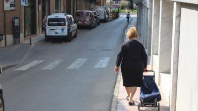 Una vecina de Totana (Murcia) acude a hacer la compraÁlvaro García