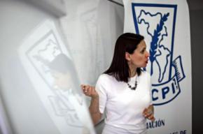 La comunicadora social Silvia Pizzi impartiendo la charla