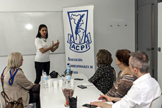 Sala donde tuvo lugar la charla con la asistencia de corresponsales de ACPI y otros invitados