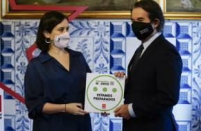 La presidenta de la Comunidad de Madrid, Isabel Díaz Ayuso, entregó este lunes el distintivo a Casa Botín, el restaurante más antiguo del mundo (Fotografía: Comunidad de Madrid).