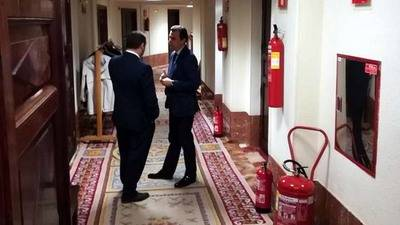 El coordinador general del PP, Fernando Martínez Maillo, y el secretario de Organización del PSOE, José Luis Ábalos, charlan en el Congreso.