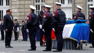 Le Pen y Macron reunidos en homenaje al policía muerto en Campos Elíseos
