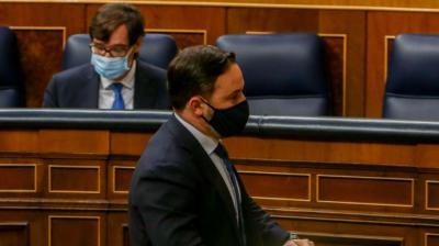 El líder de Vox, Santiago Abascal, pasa por delante del ministro de Sanidad, Salvador Illa, en el Congreso