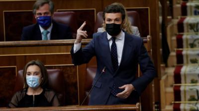 El líder popular Pablo Casado (d) interviene en una nueva sesión de control al Gobierno. EFE/Chema Moya