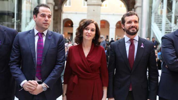 Casado (a la derecha), este lunes, junto a la presidenta de la Comunidad de Madrid, Isabel Díaz Ayuso, y el vicepresidente, Ignacio Aguado, de Ciudadanos.