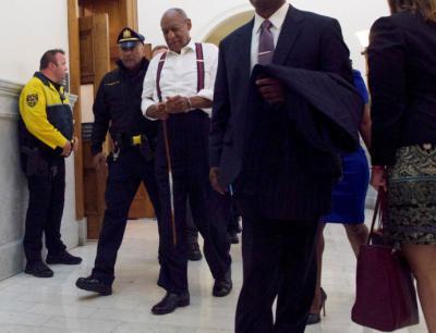 Bill Cosby es llevado esposado a una prisión.