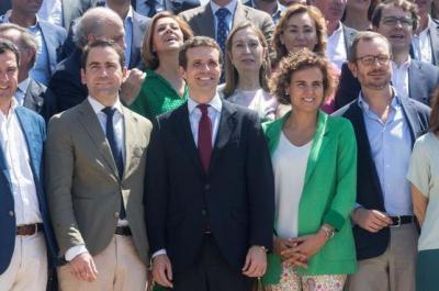 Pablo Casado con parte de la dirección del PP
