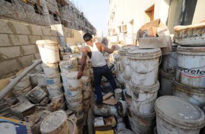 Pinturas viejas y materiales de desecho, que se almacenaban en los lugares de alojamiento de trabajadores en Qatar, octubre de 2012 © Shaival Dalal