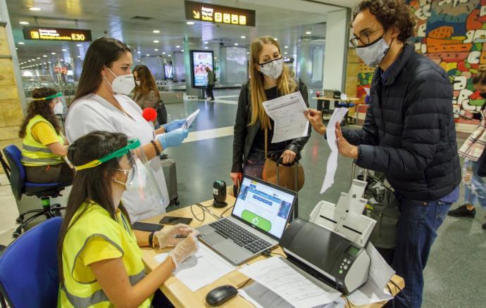 Control de pasajeros en el aeropuerto de Canarias