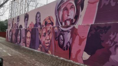 A Almeida se le viene encima un mural feminista