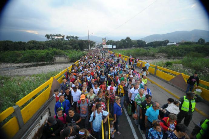 Reabren paso en la frontera con Venezuela con algunas restricciones