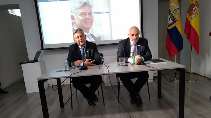 Alberto Cabal, a la izquierda, con Alberto Fumanski, Jefe de la Misión Diplomática de Colombia en España. (A. del Saja)