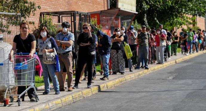 Chilenos se aglomeran en supermercados antes de cuarentena obligatoria por coronavirus en Santiago