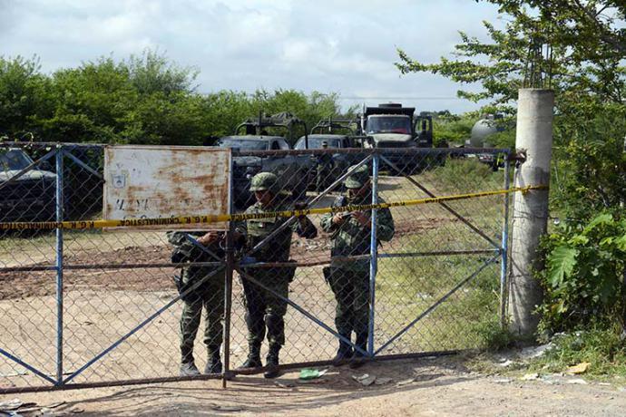 En esta fotografía del 2014 se puede observar a miembros del ejército mexicano examinando la zona donde habrían sido asesinados y enterrados los restos de los 43 estudiantes.
