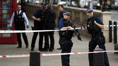 Detenido un hombre armado cerca del Parlamento británico