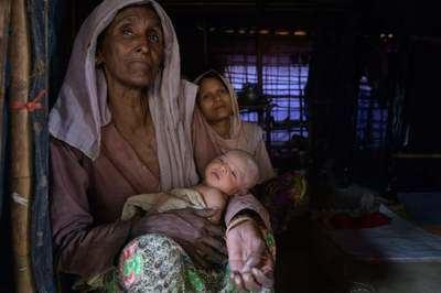 Una mujer de la minoría rohinyá con un bebé en un campamento de refugiados.