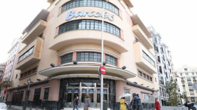 Transeúntes pasan al lado de la puerta del Teatro Barceló