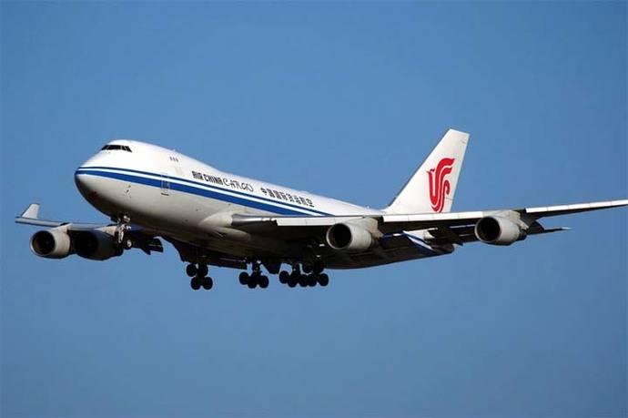 Mujer lanza moneda a reactor de un avión y retrasa varias horas vuelo en China