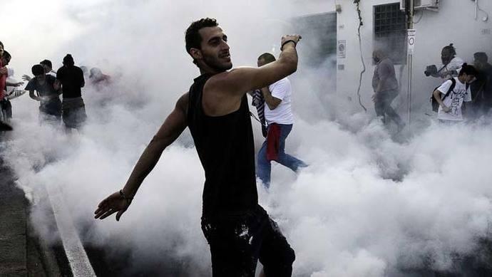 La policía ataca y lanza gases lacrimógenos a manifestantes en el G7 en Italia