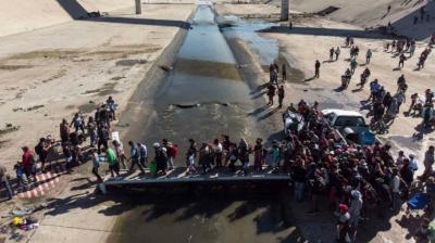 Migrantes se enfrentan a más obstáculos para pedir asilo desde México a EEUU