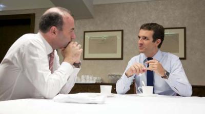 El líder del PP Casado junto al presidente de los populares europeos Manfred Weber.
