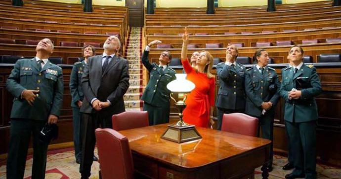 Ana Pastor muestra en octubre a un grupo de guardias civiles los impactos de los disparos del golpe del 23-F en una visita por el aniversario de la incorporación de la mujer a la Guardia Civil. CONGRESO DE LOS DIPUTADOS