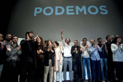 Pablo Iglesias celebra su elección como secretario general de Podemos, rodeado de los miembros de la primera dirección del partido. PODEMOS