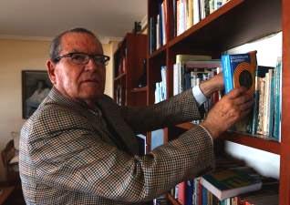 José Antonio Sierra habla inglés y francés y lee catalán y gallego. En la foto, en su casa con un diccionario de catalán. Arciniega