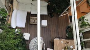 Los vecinos de Esgrima 5 aseguran que el uso no autorizado del patio de luces que hacen los turistas no les deja descansar. El propietario de la VUT ha montado un 'chill out' en esta zona comunal, techándolaSomos Madrid