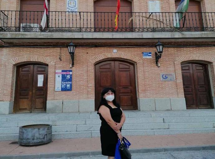 La primera concejala peruana Isabel Jenny Tello Límaco a las puertas del ayuntamiento de Carmena, (Toledo)
